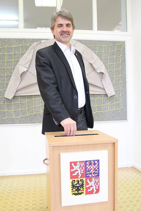 Josef Uhlík volil v ratíškovické základní škole.