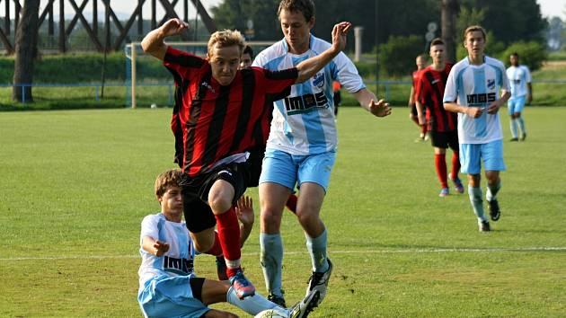 Hodonínský záložník Jiří Maršálek (u míče) asistoval svým spoluhráčům Šturmovi a Sychrovi při brankách do sítě FC Veselí nad Moravou. Divizní tým nakonec vyhrál na hřišti v Zarazicích 4:0.