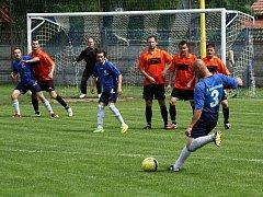 Favorizované Lovčice vyhrály v Žarošicích 1:0. Hostující stoper Radomír Víšek (v modrém) branku z tohoto trestného kopu ale nedal.