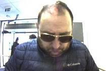 Bezpečnostní kamery zachytily podobu muže v momentě, kdy se pokoušel použít odcizenou platební kartu. Policisté nyní žádají veřejnost o pomoc při ztotožnění muže na přiložených fotografiích.