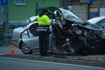 Opilý řidič narazil ve Vracově na Hodonínsku do ocelového přemostění potoka. Devatenáctiletý spolujezdec na místě zemřel. Foto: ZZS JmK