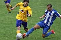 Záložník Ratíškovic Martin Kordula (ve žlutém) pomohl Baníku dobrým výkonem k vysokému vítězství.