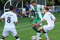 Záložník Bzence Petr Horňák (vlevo) se snaží přejít přes ivančického Ondřeje Zoubka. Slovan doma vyhrál jasně 4:0.
