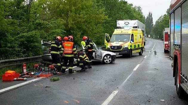 Jednoho ze zraněných vyprostili hasiči.