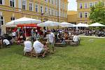 V sobotní horký den využili návštěvníci posezení pod slunečníky.