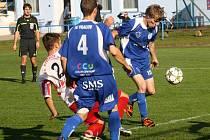 Vracovský útočník Petr Loprais (v modrém) neproměnil v 10. minutě velkou šanci. Divizní nováček doma na hody prohrál s Bytřicí nad Pernštejnem 0:1.