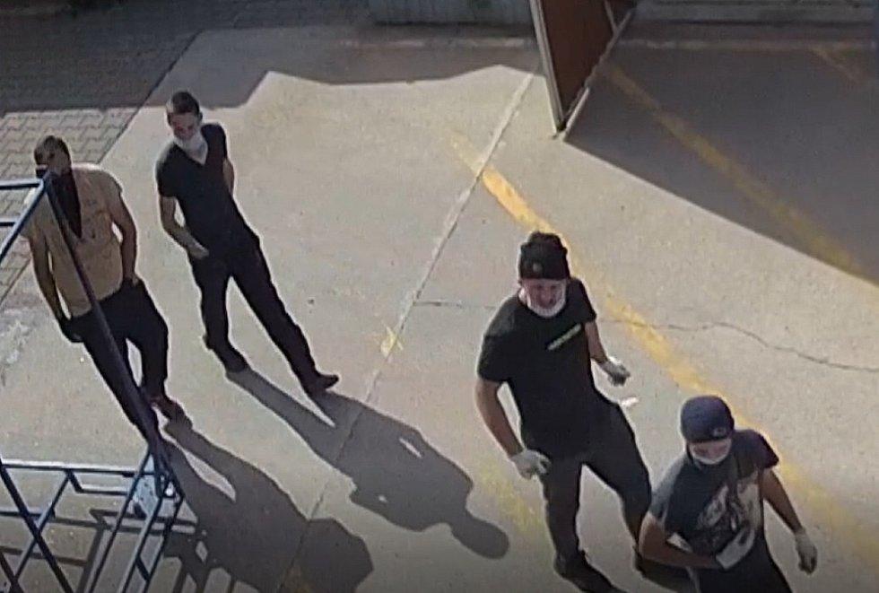 Gang lupičů ukradl několik desítek kusů palubních desek z jedné firmy na Hodonínsku.