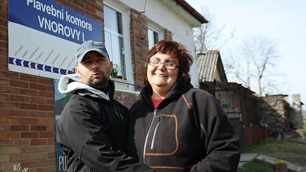 Pátým rokem už Jana Šulcová maluje židličky, které prodává na Židličkovém bazaru. Získané peníze putuje občanskému sdružení Šafrán, které se zaměřuje na děti v kojeneckých ústavech.