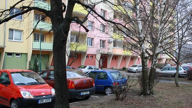 Brandlova ulice v Hodoníně před čísly 95 a 105.