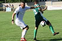 Fotbalisté Ratíškovic (v bílých dresech) doma remizovaly se sousedními Dubňany 1:1. Oba týmy získaly v úvodních dvou kolech první A třídy čtyři body.