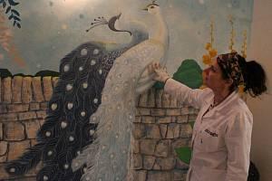 Pod štětcem výtvarnice Michaely Piňosové se mění Domov pro seniory Bažantnice v Hodoníně.