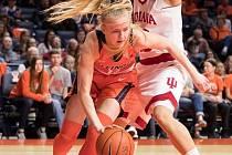 Basketbalistka Petra Holešinská opustila Brno i českou nejvyšší ženskou soutěž a vydala se do zámoří. Kyjovská odchovankyně v Americe nejen studuje, ale hlavně hraje za univerzitní tým Fighting Illini na škole University of Illinois at Urbana-Champaign.
