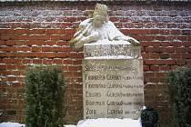 Franta Úprka. Náhrobek rodiny Gurské s alegorickou kamennou bustou dívky v lidovém kroji