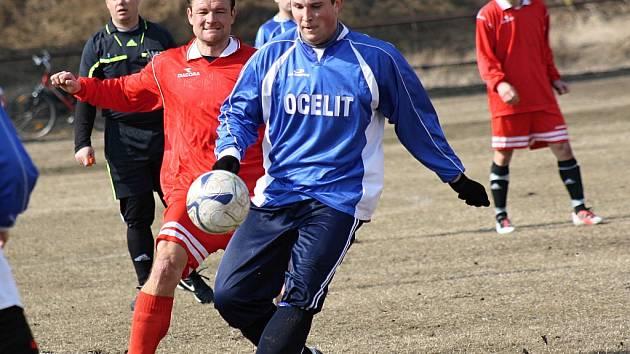 Fotbalisté Vacenovic porazily na tréninkovém hřišti Spartak Svatobořice 5:0. Na snímku bojuje o míč hostující záložník Petr Staňa (v modrém) s domácím špílmachrem Radkem Příkazským.