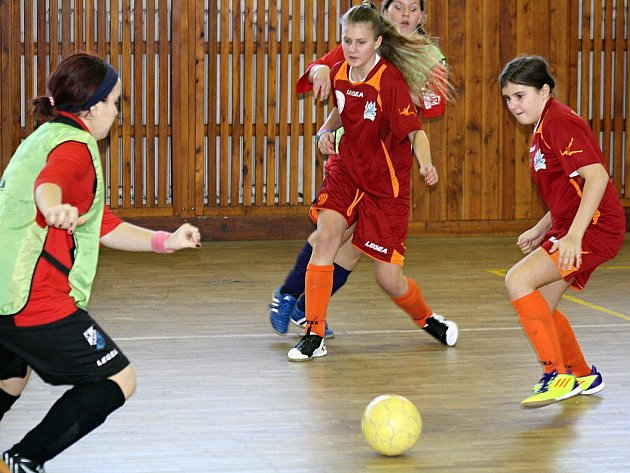 Mezinárodní turnaj v halovém fotbale vyhrála Důbravka Bratislava, která ve finále porazila Štramberk. V boji o bronz porazil domácí Sokol Vlkoš vlastní žákyně.