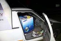 Lup vezl zloděj kradeným autem.