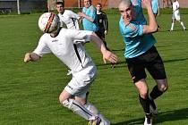 Fotbalisté Strážnice (v modrých dresech) prohráli derby v Kněždubu 0:3 a dál zůstávají v tabulce první B třídy poslední.