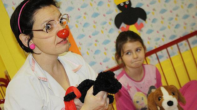 Klauni poprvé léčili děti v hodonínské nemocnici smíchem.
