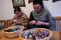 Anna Horáková učí škrabání kraslic i děti.