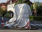 Kaplička Všech svatých u Veselské brány ve Strážnici je stále zahalená plachtou. I rok a půl po nehodě, kdy ji rozboural maďarský kamion.