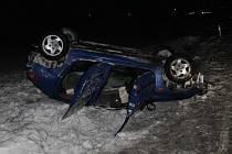 V pondělí boural mezi Vracovem a Vlkošem osmnáctiletý řidič. Kolemjedoucí řidiči mu nepomohli.