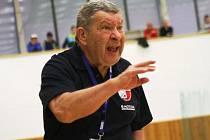 Legendární třiasedmdesátiletý trenér Jiří Zerzáň chce házenkářkám Veselí nad Moravou pomoct k záchraně interligy.
