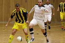 Hodonínští futsalisté (v bílomodrých dresech) si v nejvyšší soutěži připsali třetí porážku v řadě. Tango doma v 10. kole nestačilo na Vysoké Mýto, kterému podlehlo 3:4.