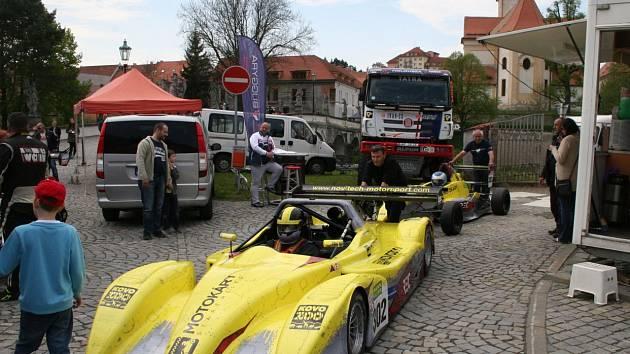 Vůz sudoměřické stáje Novitech Motorsport před závodem Zámecký vrch v Náměšti nad Oslavou.