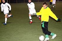 Záložník Mutěnic Milan Válek (ve žlutém) uniká po křídle dvojici mladších dorostenců ligového Slovácka. Podzimní vítěz první A třídy vyhrál v posledním zápase letošního roku i díky dvěma Válkovým brankám 4:3.