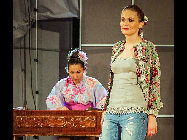 Benefiční večer s folklorem, jehož součástí byla módní přehlídka první kolekce značky Tradice umělkyně Zuzany Osako. V programu vystoupil také její manžel japonský flétnista Kenji Seizan Osako a lužická cimbalistka a zpěvačka Kamila Šošovičková.