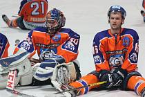 Hodonínští hokejisté Martin Špok (vpravo) a Zdenko Kotvan se radují z výhry 3:2 nad Technikou Brno.