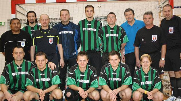 Tým okresních rozhodčích, které na halovém turnaji v roli trenéra vedl Miroslav Bušek, skončil na letošním Zimově memoriálu pátý.