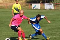 Fotbalisté Kostelce (v růžových dresech) prohráli v prvním kole okresního přeboru se sousedními Moravany 0:3. Dva góly za vítěze zaznamenal Matěj Otáhal, který připravil třetí gól pro parťáka Lukáše Možíše.