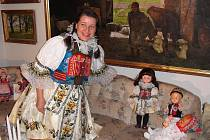Blanka Karlsson je Švédka narozená v Praze. Na návštěvě u ní se ale člověk cítí jako na Moravě. Sbírá slovácké kroje. A nejen to. Do kroje obléká sebe i celou rodinu.