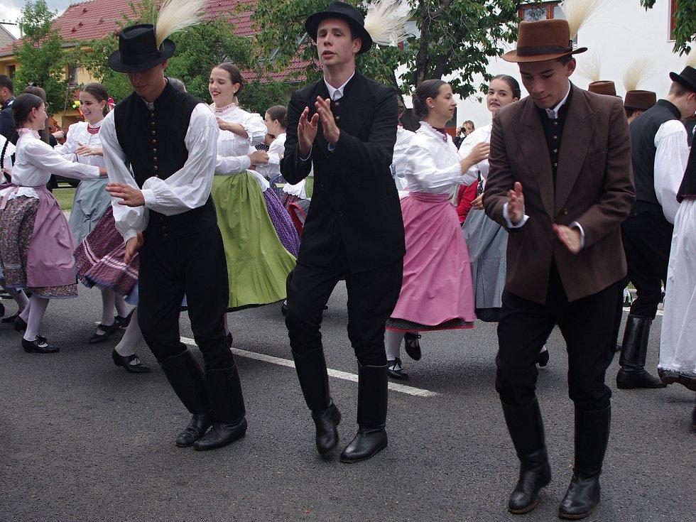 Strážnice o víkendu žila třiasedmdesátým folklorním festivalem. Energičtí maďarští tanečními předvádím své umění ve slavnostmi průvodu.