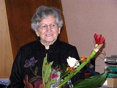 Židovka Věra Weberová dostala od školáků po besedě květinu. Vzpomínala na transport do Terezína.