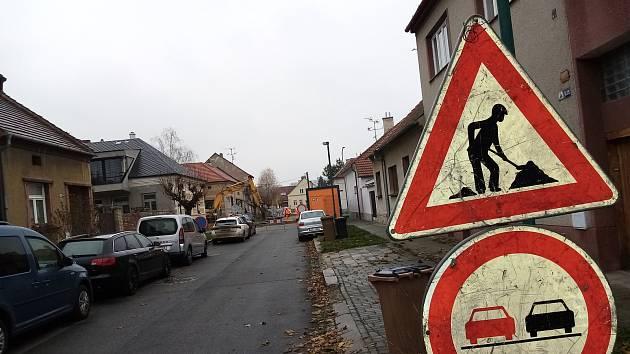 Opravy kanalizace v ulici Pravoslava Veselého.