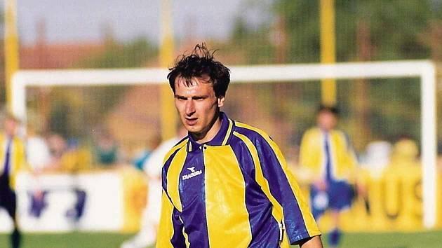 Fotbalista Petr Zemánek v dresu rodných Ratíškovic, kde nyní trénuje.
