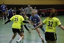 Hodonínské házenkářky (na snímku ve žlutých dresech) budou i v příští sezoně startovat v mezinárodní MOL lize..