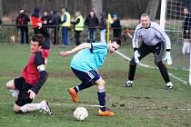 Hroznové Lhotě nepomohl k dalším bodům ani střídající Miroslav Falešník (v modrém), kterého brání vracovský kapitán Martin Kotásek.