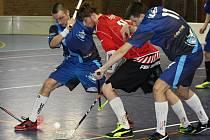 Ratíškovičtí florbalisté (v červených dresech) v dubňanské hale Želva zdolali Boskovice těsně 1:0.