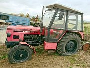 Nově zvolenému starostovi honebního společenstva Bozatín někdo nařezal u zemědělských strojů pneumatiky. Činem se zabývá policie.