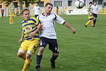 Sousedské derby mezi Baníkem Ratíškovice (ve žlutomodrém) a Vacenovicemi skončilo i podruhé v sezoně remízou 1:1.