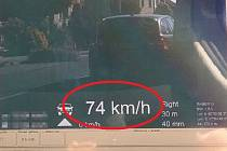 Policie v akci při měření rychlosti.