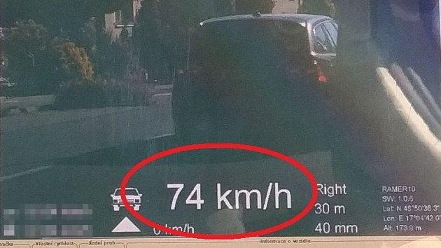 Čejčí profrčela 74 km/h, má ji policie. Podívejte se, jak měří rychlost