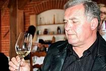 Vojtěch Jestřáb z Dubňan se pěstování hroznů a výrobě vína věnuje od jednadvaceti let. V roce 1999 založil malé rodinné vinařství. Ve sklepě se snaží využívat moderních technologických a enologických poznatků, ale přitom nezapomíná ani na tradici.
