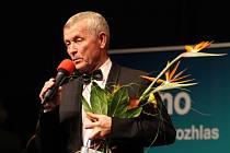 Vystudoval hotelovou školu, proslul jako moderátor, vypravěč, zpěvák a vinař. Muzikant z Krumvíře na Břeclavsku Jožka Šmukař se narodil patnáctého října roku 1955. Šest desítek let na světě se rozhodl oslavit v hodonínském Domu kultury.