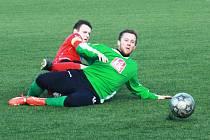 Dubňanský útočník Pavel Šalša (v zeleném) se na obratu Baníku podílel dvěma brankami. V jednu chvíli se však ocitl i v nefotbalové pozici na umělém trávníku.