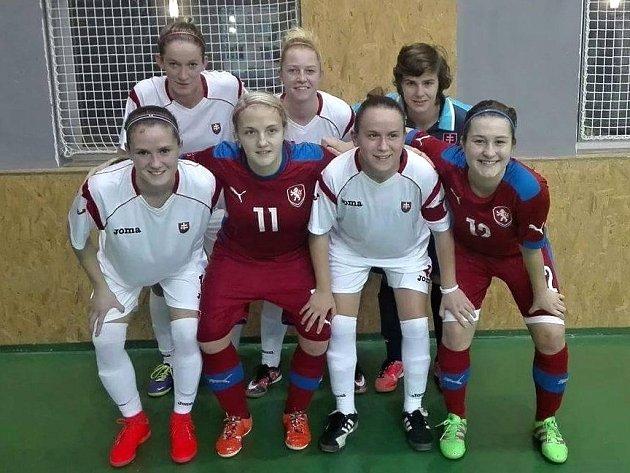 Ratíškovická rodačka Markéta Koplíková (číslo dresu 11) společně s mutěnickou Sabinou Pavkovou na futsalovém turnaji čtyř zemí v Ostravě navlékly dres českého ženského reprezentačního výběru.