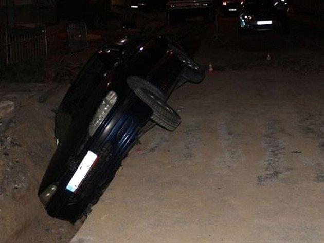 Až na tři roky ve vězení může skončit muž, který se v noci na čtvrtek ve Vnorovech snažil ujet policejní hlídce. Byl opilý a na autě měl značku z úplně jiného vozu. Pokus o úprk se mu ale nezdařil. Skončil ve vykopané jámě.